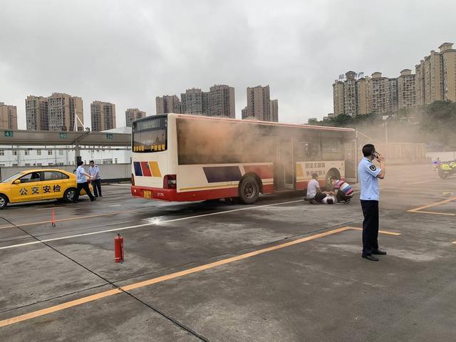 """""""公交起火,有乘客受伤!"""" 四川自贡贡井区开展联合应急演练"""