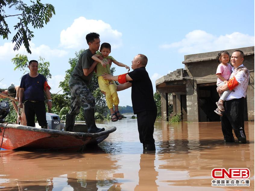 四川达州:党员干部抗洪救灾 紧急转移群众22万人